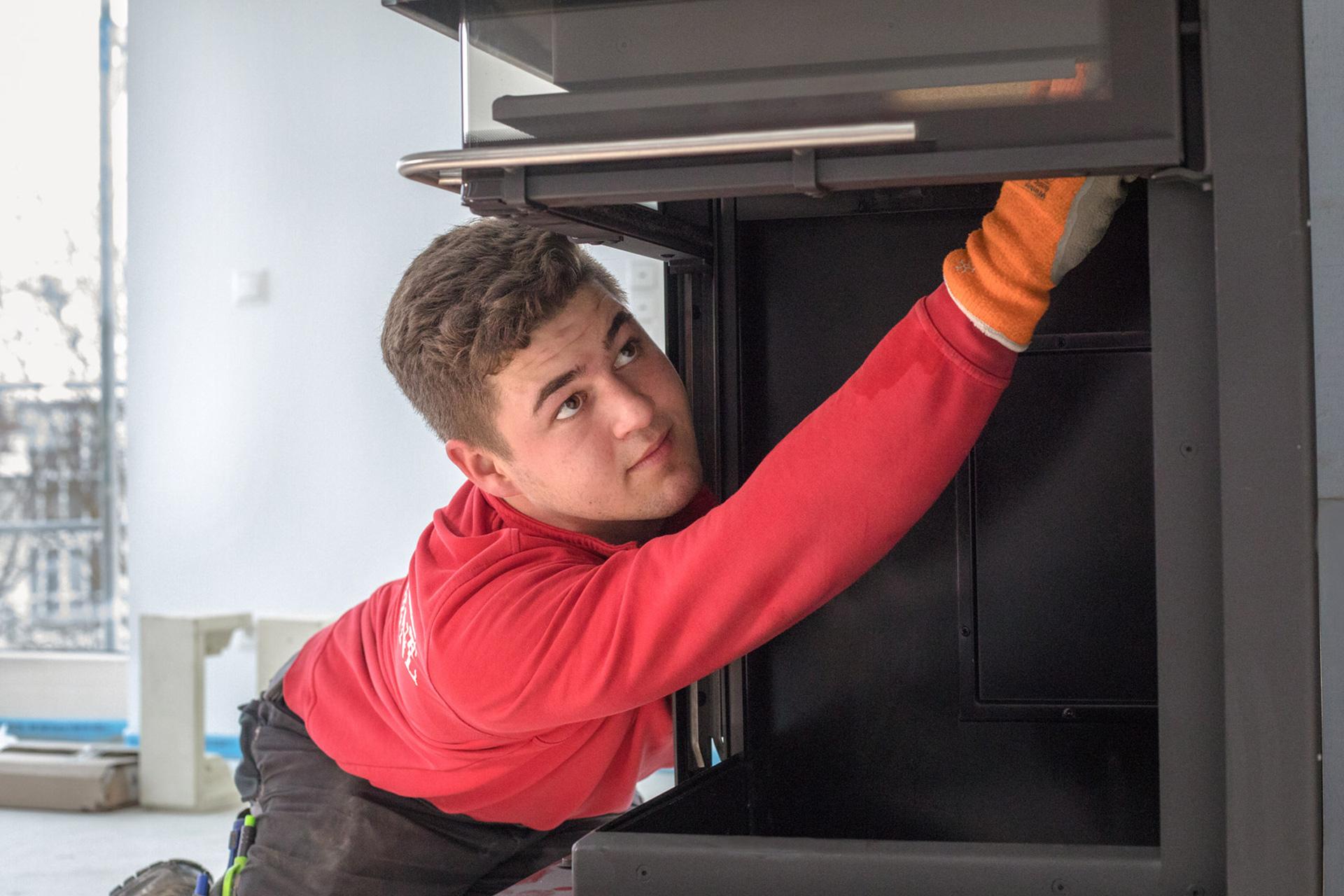 Ofenbauer aus München bei der Arbeit