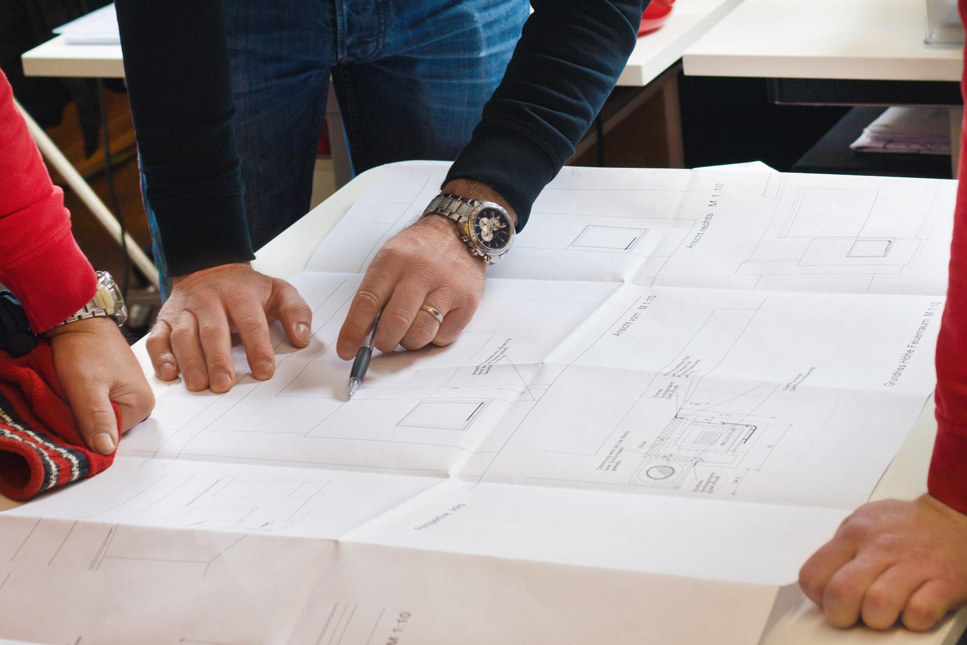 Ofen- Luftheizungsbauer bei der Planung